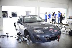 Equipo trabaja en el coche de #47 MP4A Mazda MX5: Robert Tanon, Meguel Diaz, Pedro Colon, Jorge Naza