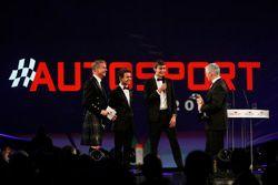 Derek Warwick reçoit un prix des mains de Lando Norris et George Russell