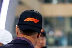 David Coulthard met het nieuwe F1 logo op zijn pet