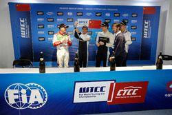 Подиум: победитель Нестор Джиролами, Polestar Cyan Racing, второе место – Норберт Михелиц, Honda Rac