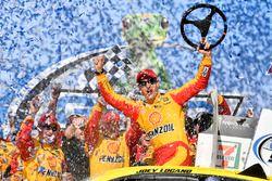 Ganador de carrera Joey Logano, Team Penske, Ford Fusion Shell Pennzoil