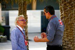 Guenther Steiner, director del equipo, Haas F1, habla con Jacques Villeneuve