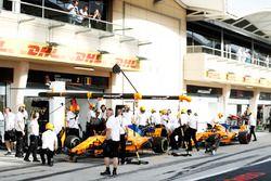 Fernando Alonso, McLaren MCL33 Renault, en Stoffel Vandoorne, McLaren MCL33 Renault, buiten de pitbo