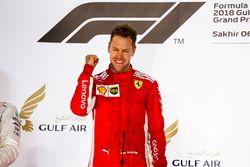 Sebastian Vettel, Ferrari, 1° classificato, festeggia sul podio