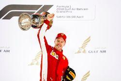 Sebastian Vettel, Ferrari, 1° classificato, sul podio con il suo trofeo