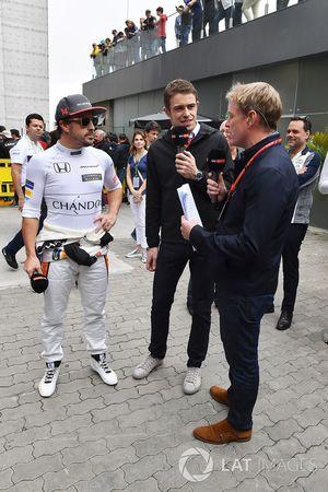 Fernando Alonso, McLaren in gesprek met Paul di Resta, Sky TV en Simon Lazenby, Sky TV