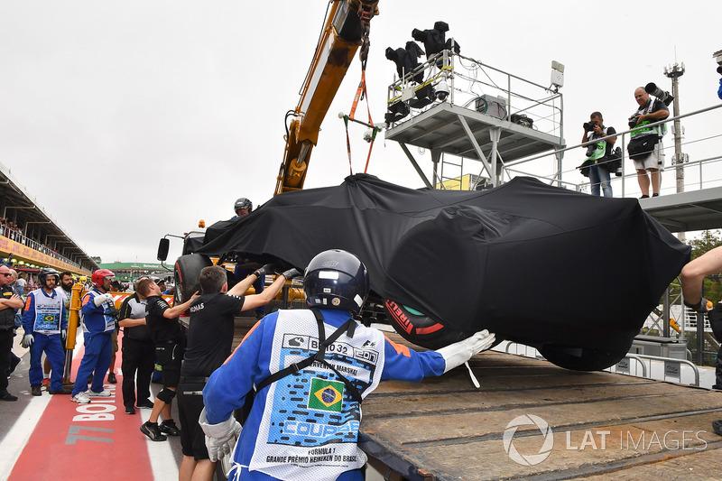 La monoposto incidentata di Lewis Hamilton, Mercedes-Benz F1 W08 viene riportata ai box dopo l'incidente in Q1