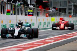 Lewis Hamilton, Mercedes AMG F1 W08, Sebastian Vettel, Ferrari SF70H, en pits