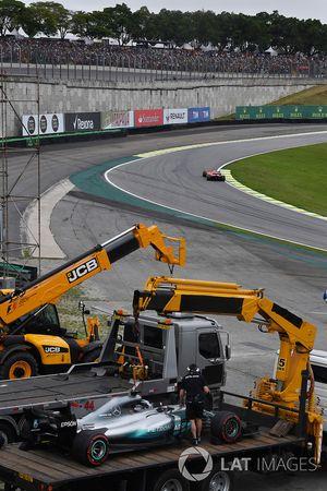 La voiture endommagée de Lewis Hamilton, Mercedes-Benz F1 W08 est dégagée