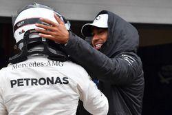 Lewis Hamilton, Mercedes AMG F1 met polesitter Valtteri Bottas, Mercedes AMG F1 in parc ferme