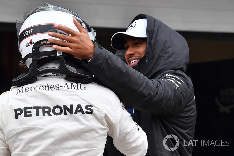 Lewis Hamilton, Mercedes AMG F1 festeggia con il poleman Valtteri Bottas, Mercedes AMG F1 nel parco chiuso