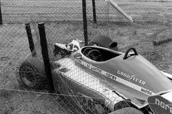 Tom Pryce'ın Shadow DN8'i, ölümüne neden olan kazanın ardından Crowthorne virajında duruyor
