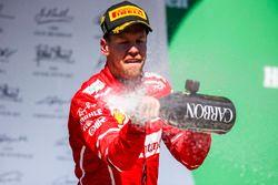 Winnaar Sebastian Vettel, Ferrari met champagne op het podium