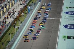 Restart: Martin Truex Jr., Furniture Row Racing Toyota, Denny Hamlin, Joe Gibbs Racing Toyota lead