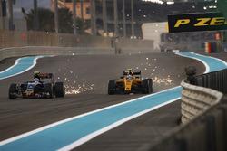 Carlos Sainz Jr, Toro Rosso STR11 Ferrari, battles with Jolyon Palmer, Renault RE16