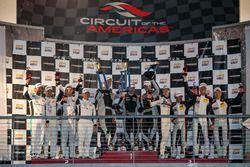 Podio: ganadores de la carrera #911 Herberth Motorsport, Porsche 991 GT3 R: Daniel Allemann, Ralf Bo