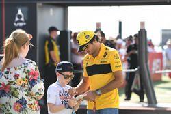Carlos Sainz Jr., Renault Sport F1 Team firma autógrafos para los fanáticos