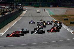 Arrancada Sebastian Vettel, Ferrari SF71H, lidera a Valtteri Bottas, Mercedes AMG F1 W09