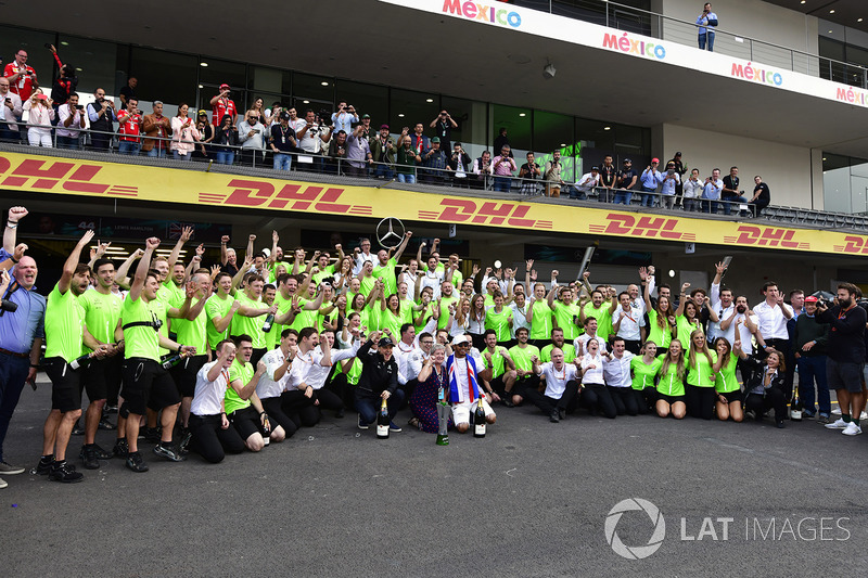 Le Champion du monde 2017 Lewis Hamilton, Mercedes AMG F1 fait la fête avec son équipe
