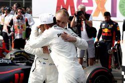 Чемпион мира 2017 года Льюис Хэмилтон и его партнер по команде Mercedes AMG F1 Валттери Боттас