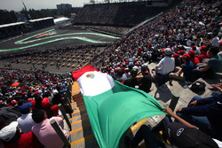 Des fans avec le drapeau mexicain dans les tribunes