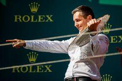 Представитель Mercedes AMG F1 празднует победу