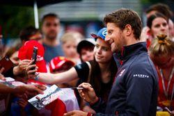 Romain Grosjean, Haas F1 Team, con un fan