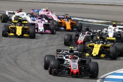 Kevin Magnussen, Haas F1 Team VF-18, devant Nico Hulkenberg, Renault Sport F1 Team R.S. 18, Romain Grosjean, Haas F1 Team VF-18, et Charles Leclerc, Sauber C37