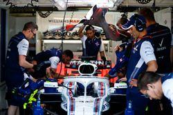 Mechanicy i inżynierowie w garażu przy aucie Lance`a Strolla, Williams FW41