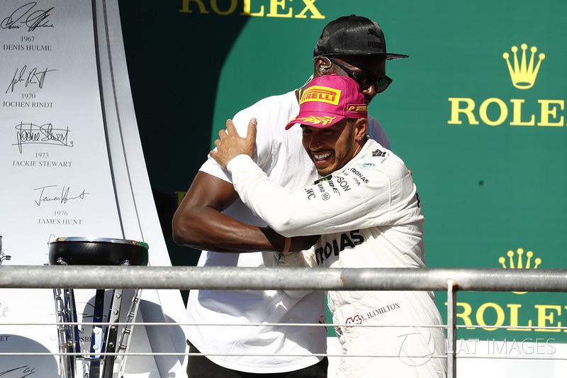 Подиум: победитель Льюис Хэмилтон, Mercedes AMG F1, и Усэйн Болт
