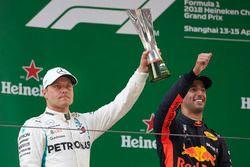 Valtteri Bottas, Mercedes AMG F1, tweede, met zijn trofee, naast racewinnaar Daniel Ricciardo, Red B