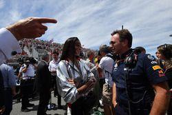 Winnie Harlow y Christian Horner, director del equipo Red Bull Racing en la parrilla