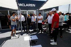 Fernando Alonso, McLaren, e Stoffel Vandoorne, McLaren, incontrano i giocatori del Montreal Canadiens NHL Ice Hokey Team