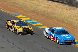 Ryan Blaney, Team Penske, Ford Fusion PPG and Erik Jones, Joe Gibbs Racing, Toyota Camry DeWalt