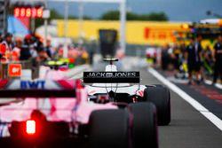Kevin Magnussen, Haas F1 Team VF-18, et Esteban Ocon, Force India VJM11, dans la voie des stands