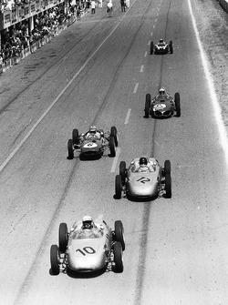 Jo Bonnier precede Dan Gurney, entrambi su Porsche 718, Innes Ireland, Lotus 21-Climax, Giancarlo Baghetti, Ferrari Dino 156, e Bruce McLaren, Cooper T55-Climax