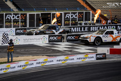 Ryan Hunter-Reay enand Helio Castroneves in de Xtreme Pickup