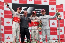 Podio: ganador de la carrera Jenson Button, McLaren; Tim Goss, ingeniero jefe de McLaren, segundo Lewis Hamilton, McLaren, tercer puesto Nico Rosberg, Mercedes GP