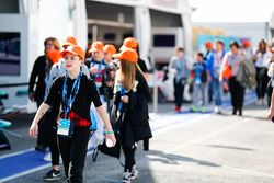 Des enfants portent des casquettes Enel