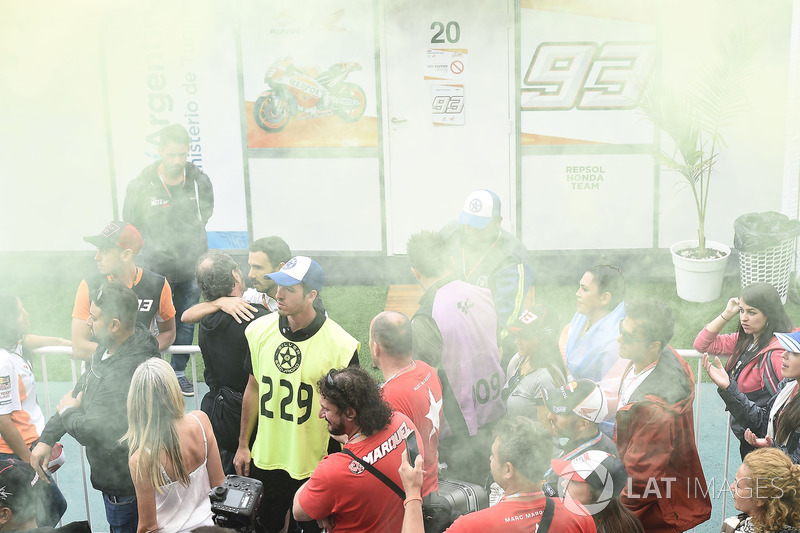 Уболівальники Валентино Россі, Yamaha Factory Racing, біля приміщення, в якому Марк Маркес, Repsol Honda Team, спілкується зі ЗМІ
