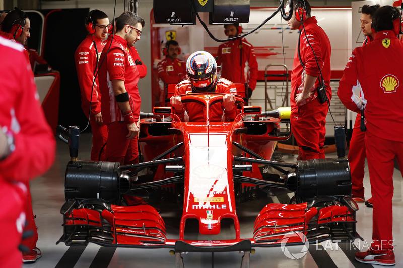 Kimi Raikkonen, Ferrari, entra a la cabina
