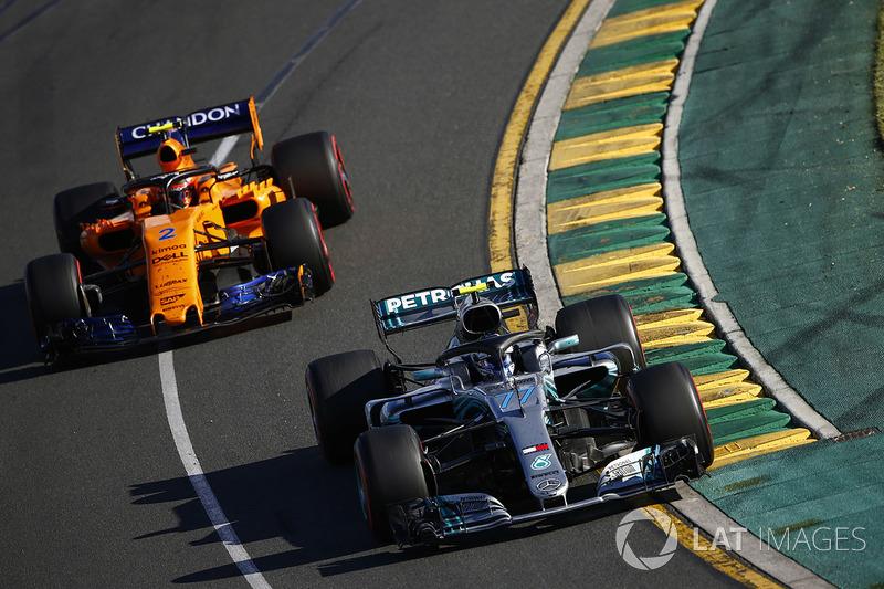 Valtteri Bottas, Mercedes AMG F1 W09, leads Stoffel Vandoorne, McLaren MCL33 Renault
