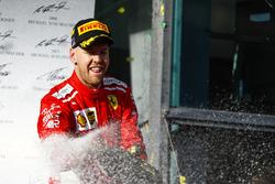Sebastian Vettel, Ferrari, fête sa victoire sur le podium