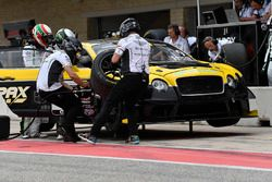 K-PAX Racing Bentley Continental GT3: Alvaro Parente, Andy Soucek pit stop