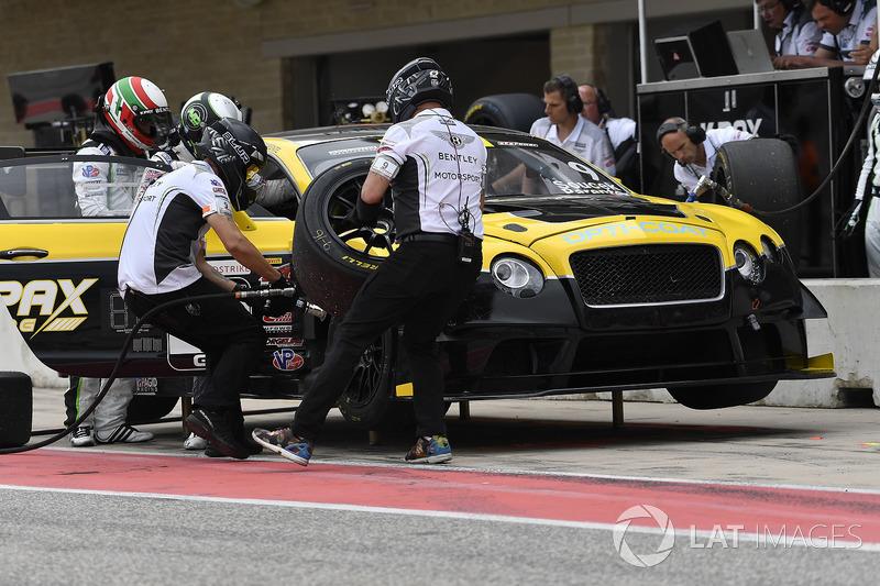 K-PAX Racing Bentley Continental GT3: Alvaro Parente, Andy Soucek, pit stop