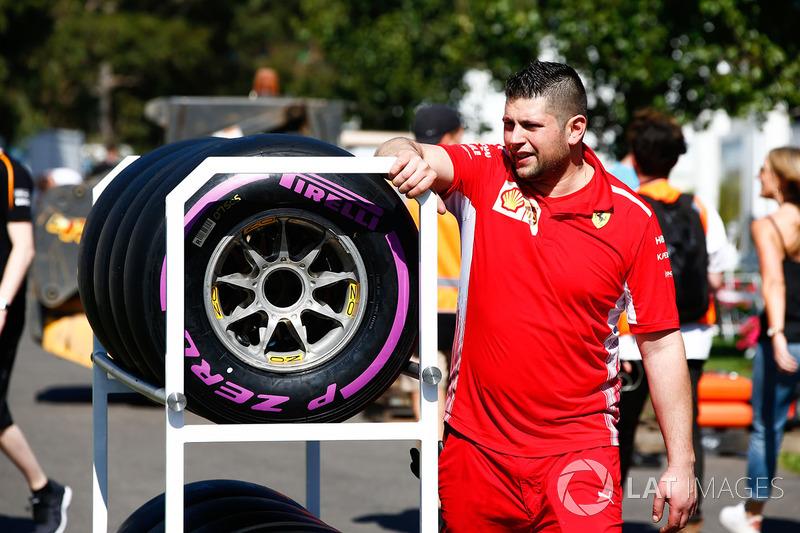 Ingeniero de Ferrari con los neumáticos Pirelli Hypersoft en el paddock