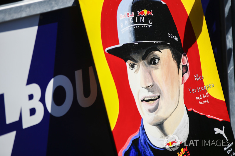 Fã exibe pintura de Max Verstappen, Red Bull Racing