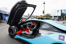 Kevin Pietersen, ancien joueur de cricket anglais, dans la BMW i8 Qualcomm Safety Car