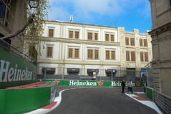 Vista de la pista y letrero de Heineken
