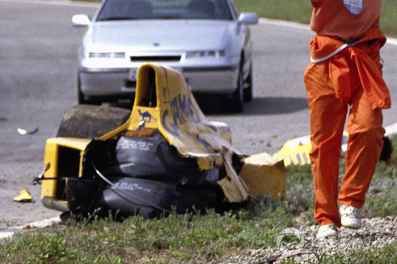 I resti della monoposto di Martin Donnelly, Team Lotus, dopo un tremendo incidente